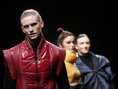 Modelos presentan las creaciones de Miquel Suay durante 080 Barcelona Fashion show.