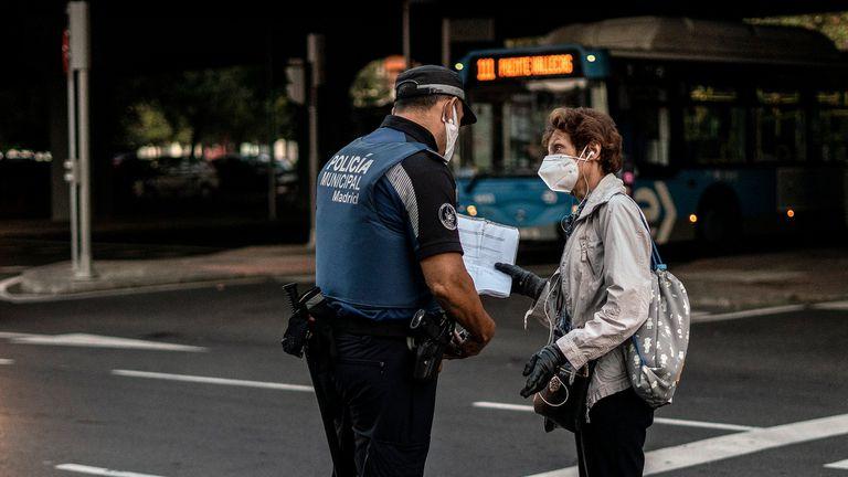 Control de la policial en puente de Vallecas, el lunes.