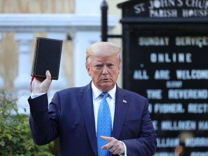 Trump sostiene una Biblia mientras le retratan ante la iglesia de Saint John, en Washington, en donde se incendió el sótano durante los altercados.