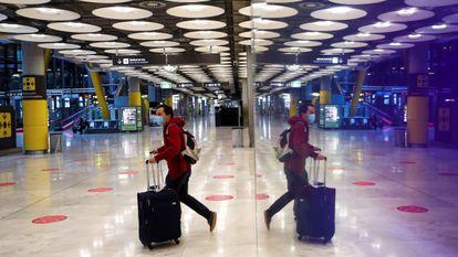 Un pasajero cruza una de las salas del aeropuerto Adolfo Suárez Madrid-Barajas el 3 de febrero.