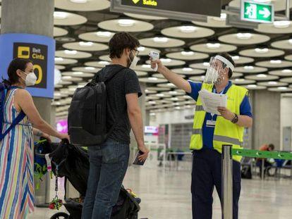 Control de temperatura a viajeros en el aeropuerto de Madrid-Barajas en julio de 2020.