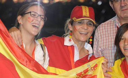 La infanta Elena y su prima María Zurita celebrando un triunfo de España.