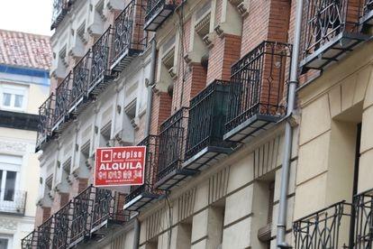 Un anuncio de piso en alquiler, el 31 de marzo en Madrid.