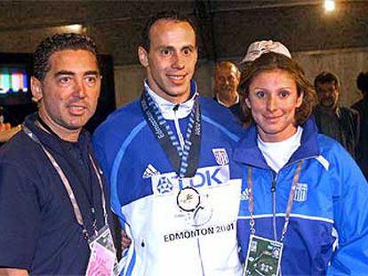 Kenteris (en el centro), acompañado por la también velocista Ekaterini Thanou con el entrenador de ambos, Christos Tzekos, el pasado 9 de agosto.