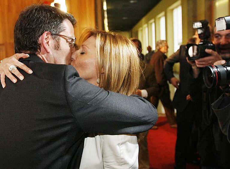 Alberto Núñez Feijóo besa a su novia , Carmen Gámir, en los pasillos del Parlamento tras ser investido presidente de la Xunta.
