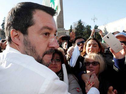 Matteo Salvini, ministro del Interior de Italia y líder de la Liga Norte, atiende hace unos días a sus seguidores en Roma.