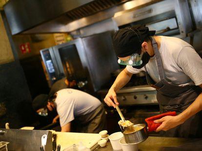 Dos cocineros trabajan en un restaurante en Ciudad de México, el 2 de julio.