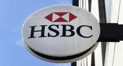Vista de un rótulo de una sucursal del banco HSBC en Londres.