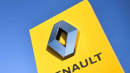 El logotipo de Renault a las puertas de la fábrica del grupo en Ravenay, en Francia.