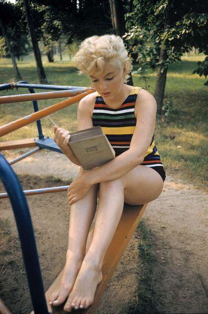 La actriz Marilyn Monroe lee 'Ulises', la novela de James Joyce, en 1955.