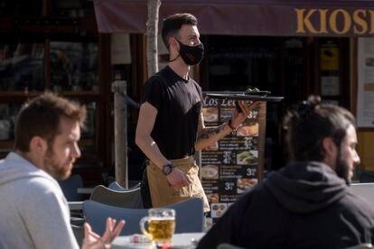 Un camarero atiende unas mesas este jueves en un bar de Sevilla.
