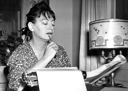 La escritora Dorothy Parker (1893-1967), frente a su máquina de escribir, en noviembre de 1941.