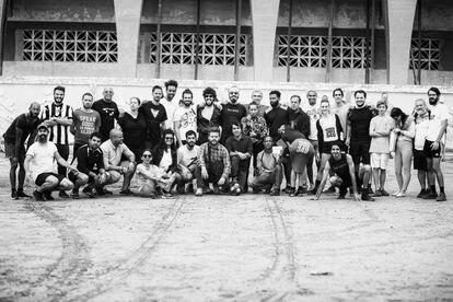 """Performance colectivo """"La plástica cubana se dedica al fútbol"""" en 2018, remedo de """"La plástica joven se dedica al béisbol"""",  de 1989. Complejo deportivo José Martí en La Habana."""