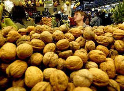 Un montón de nueces en un puesto del mercado de La Boquería de Barcelona.