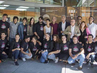 Artistas y autoridades durante la presentación de la temporada 2017-2018 en el Teatro Central de Sevilla.