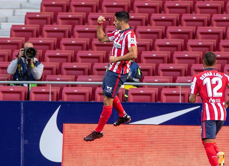 El delantero del Atlético de Madrid Luis Suárez celebra este domingo uno de sus dos goles ante el Granada en el Wanda Metropolitano.