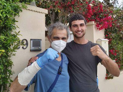 Josep Tari es recibido por su hijo menor, Dani, tras abandonar el hospital de Llíria y superar a la covid-19.