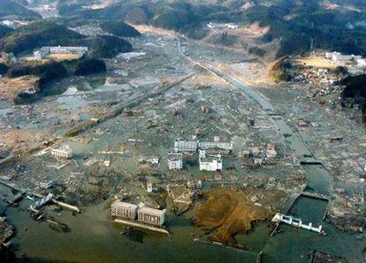 La ciudad de Minami Sanriku, en la prefectura de Miyagi, ha quedado bajo las aguas tras el tsunami. La región era la unión de dos ciudades: Utatsu, es famosa por su museo de fósiles y sus ostras baratas, y la otra es un pueblo de pescadores de 15.000 habitantes con playa artificial, buceo y cámping.
