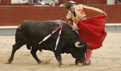 El diestro Rubén Pinar, en el primero de su lote.