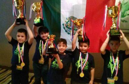 Los cinco niños mexicanos, premiados en un concurso de cálculo mental.