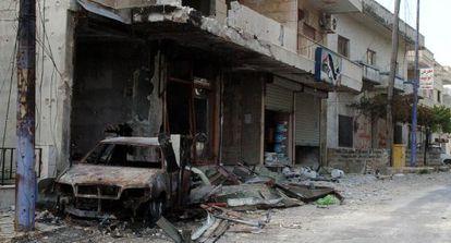 Un vehículo quemado en Al Haffa, último foco de la ofensiva del régimen.