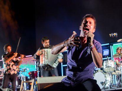 El grupo Vetusta Morla, acompañado por el dúo Fetén Fetén, durante su concierto en el festival Sonorama Ribera este sábado.