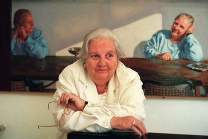 Carmen Balcells, ante un retrato suyo de Gonzalo Goytisolo.