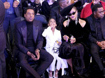 Jay-Z y Beyoncé, junto a su hija Blue Ivy Carter en los premios Grammy de 2018.