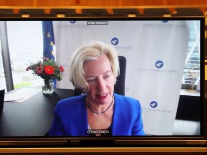 Emer Cooke, directora de la Agencia Europea del Medicamento (EMA), en una pantalla durante la videoconferencia celebrada este martes en Bruselas.
