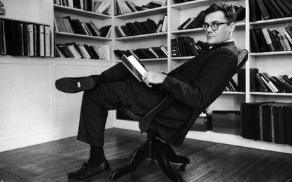 Robert Lowell en el despacho de su casa en 1956.