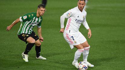 Hazard controla el balón ante Guido Rodriguez este sábado en Valdebebas.