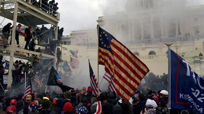 Varios partidarios del presidente Donald Trump, protestan frente al Capitolio, el pasado 6 de enero.