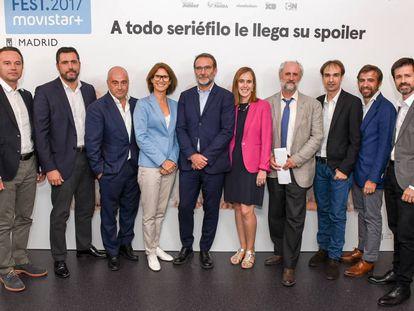 Los directivos de las cadenas participantes en el Spoiler Fest, junto a Luis Cueto (cuarto por la derecha), coordinador general de Alcaldía del Ayuntamiento de Madrid.