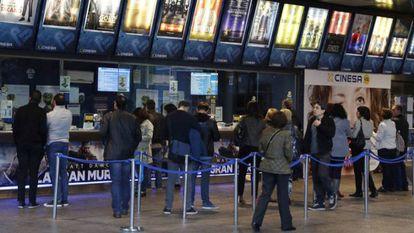 Colas en los cines Cinesa de Manoteras (Madrid), en una imagen de archivo.