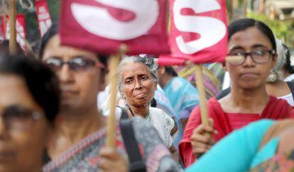 Un grupo de mujeres protesta contra la violencia sexual en Calcuta.