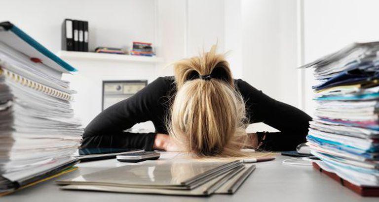 Hay síndromes originados por el padecimiento de estrés laboral crónico.