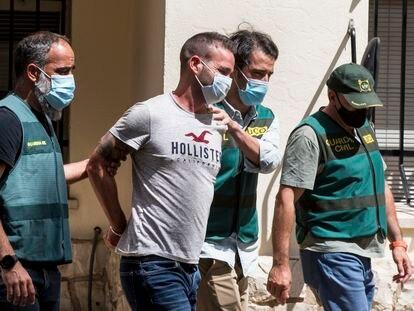 Agentes de la Guardia Civil trasladan a David S el 17 de junio, a la salida del cuartel de Carcaixent (Valencia).