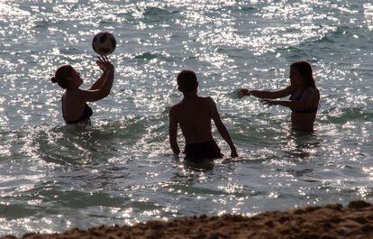 Un grupo de bañistas en una playa mallorquina.