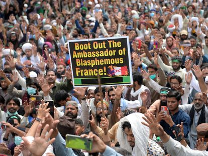 Simpatizantes del grupo islamista radical Tehrik-e-Labaik Pakistan piden la expulsión del embajador francés, este martes, en la ciudad paquistaní de Lahore.
