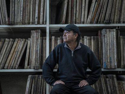 Fernando Marín  en su taller de serigrafía en Ciudad de México.