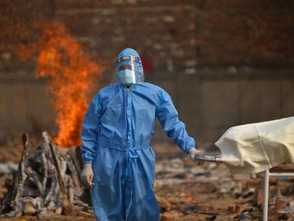 Incineración de una víctima de la covid, este jueves en Nueva Delhi.