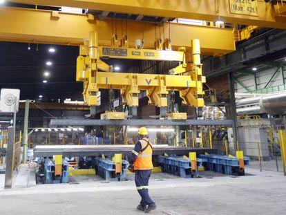 Un técnico, con vigas de acero, en las instalaciones de Sidenor.