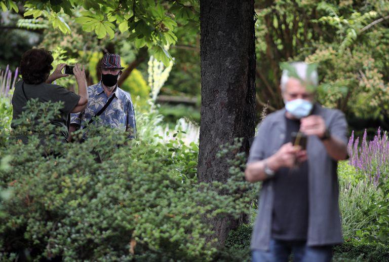 Visitantes del Real Jardín Botánico de Madrid tras su reapertura el pasado martes.