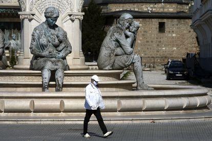Un hombre camina en Skopje, Macedonia del Norte, la semana pasada.