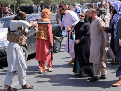 Un talibán apunta con su arma a una mujer durante una manifestación en Kabul el martes