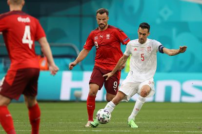 Seferovic presiona a Busquets en una acción del España-Suiza.