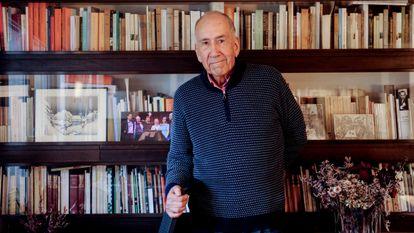 El poeta Joan Margarit retratado en su casa de Barcelona, el 14 de diciembre de 2020.