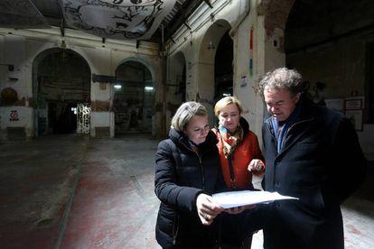 Isabel Izquierdo, Begoña Torres y Luis Lafuente en una de las salas del edificio.