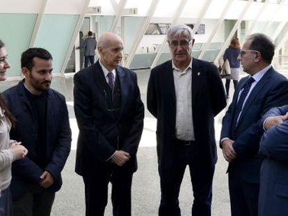 El presidente del CVC, Santiago Grisolía, tercero por la derecha, junto a miembros del Consell, el alcalde de Valencia e investigadores.