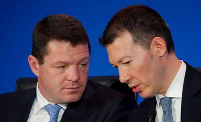 El presidente de Air France-KLM, Benjamin Smith (derecha) y el jefe de KLM, Pieter Elbers